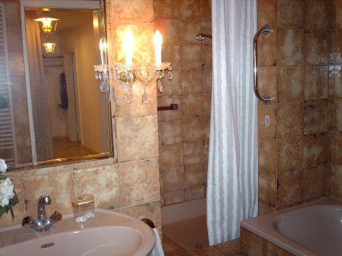 Badezimmer mit Dusche, Badewanne, Waschbecken und WC